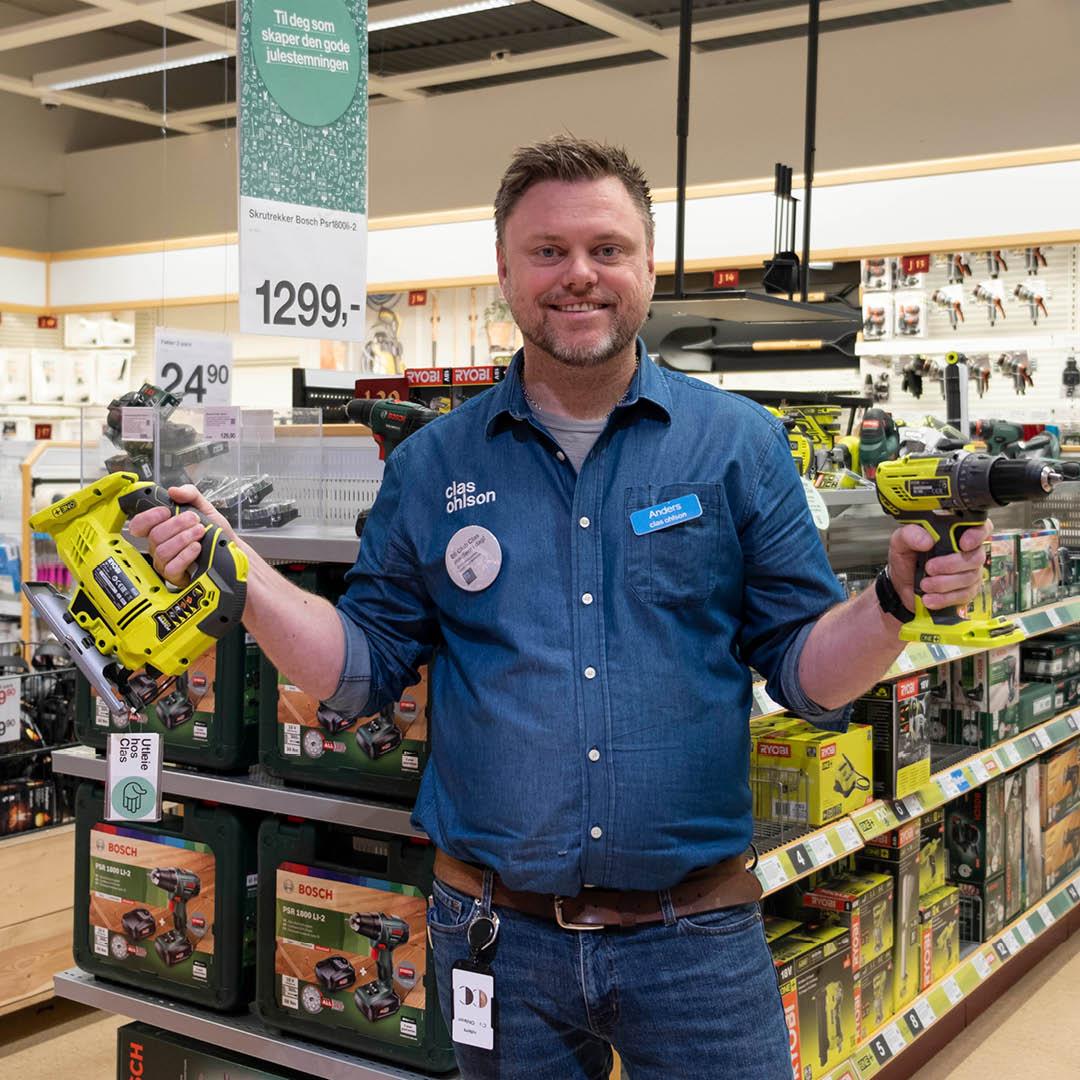 Mann viser Clas Ohlsons utleieverktøy