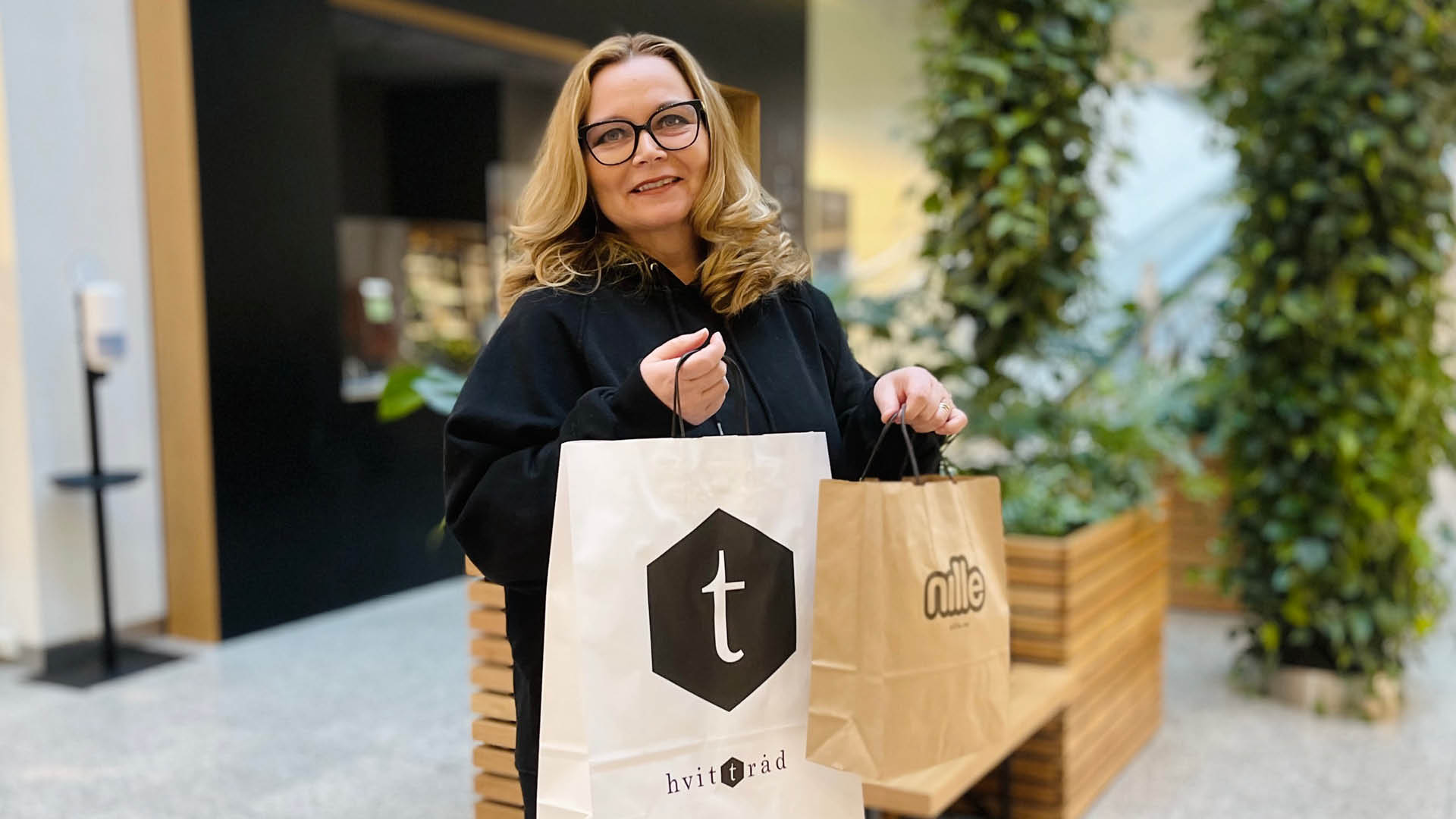 Dame med handleposer på CC Gjøvik
