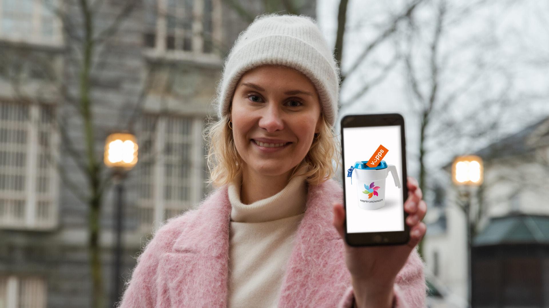 Bilde av dame med digital innsamlingsbøsse