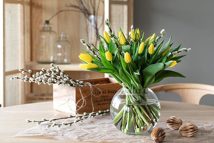 Bord med gule tulipaner fra Mester Grønn.