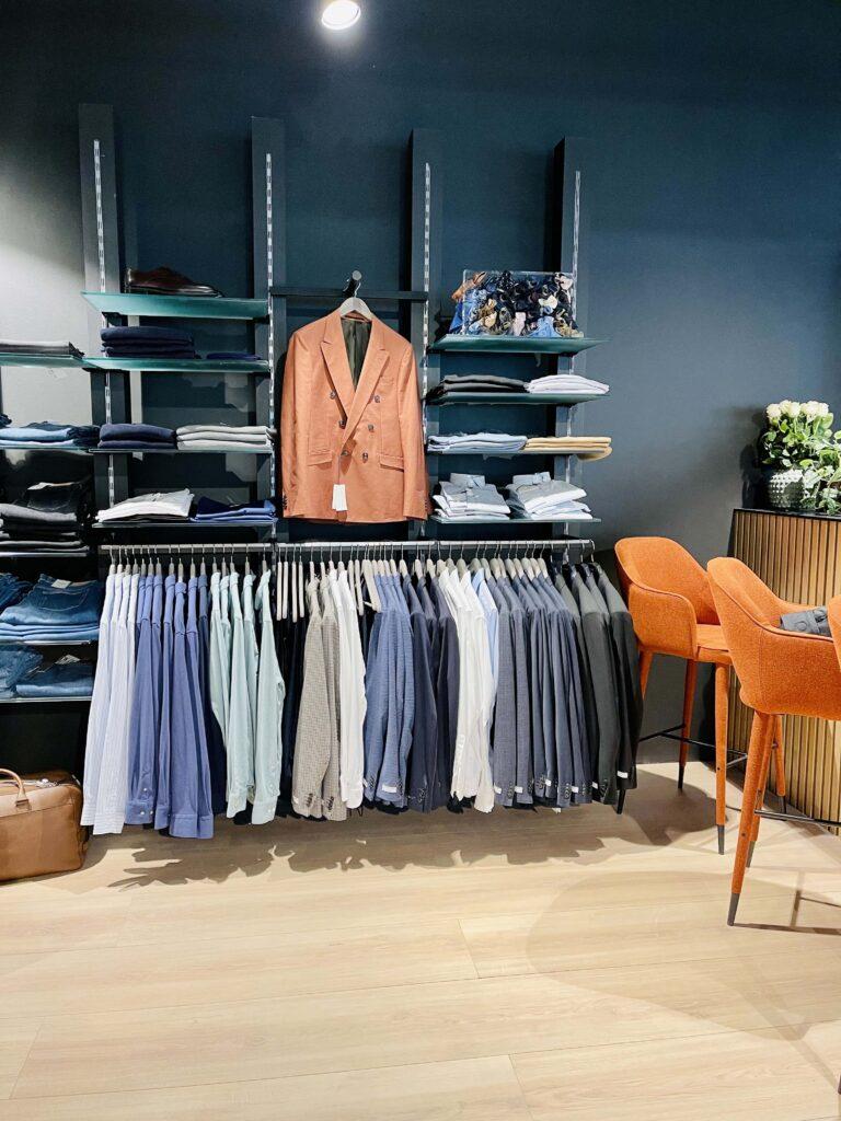 Butikkvegg med klær fra Strique & Mique