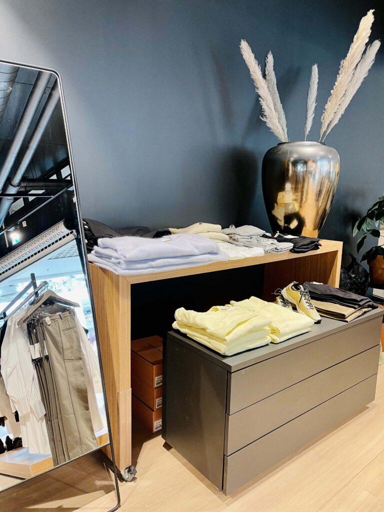 Hyller med klær fra Strique & Mique