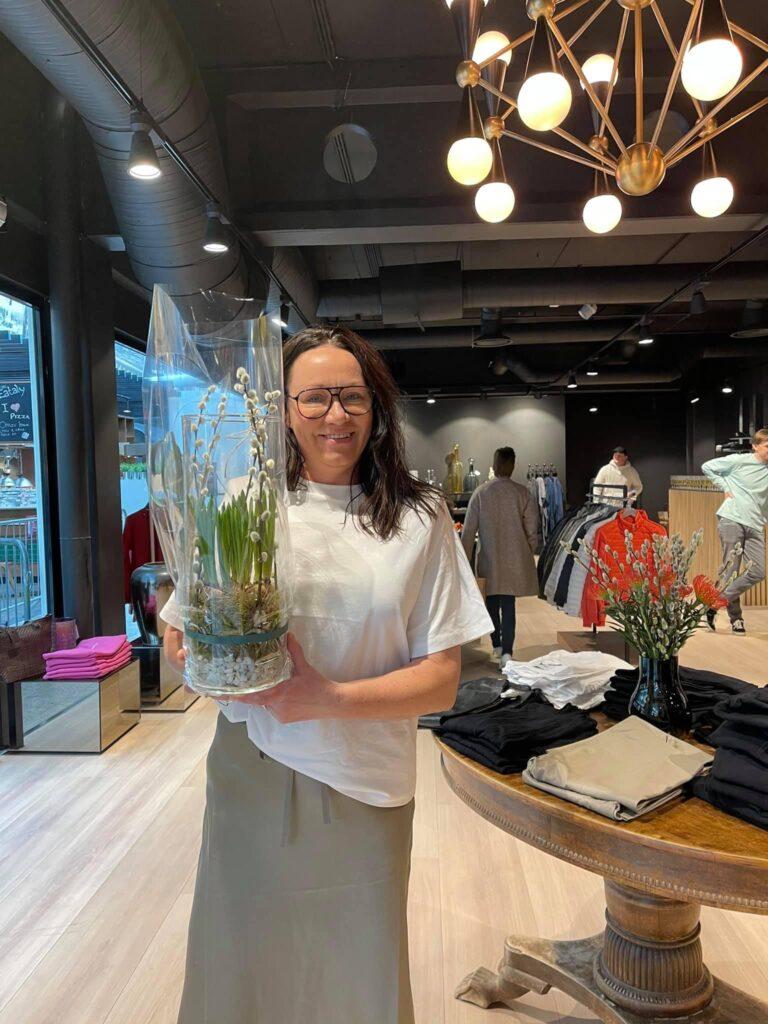 Butikkeier Cecilie hos Strique & Mique med blomster