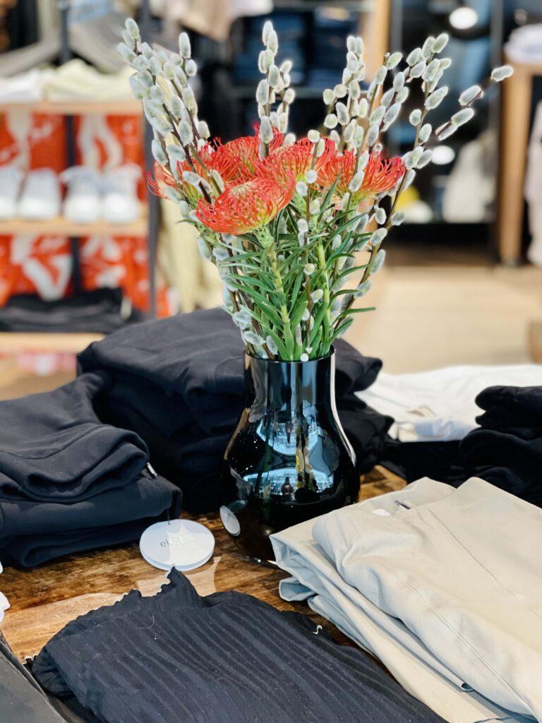 Bord med klær og blomster fra Strique & Mique