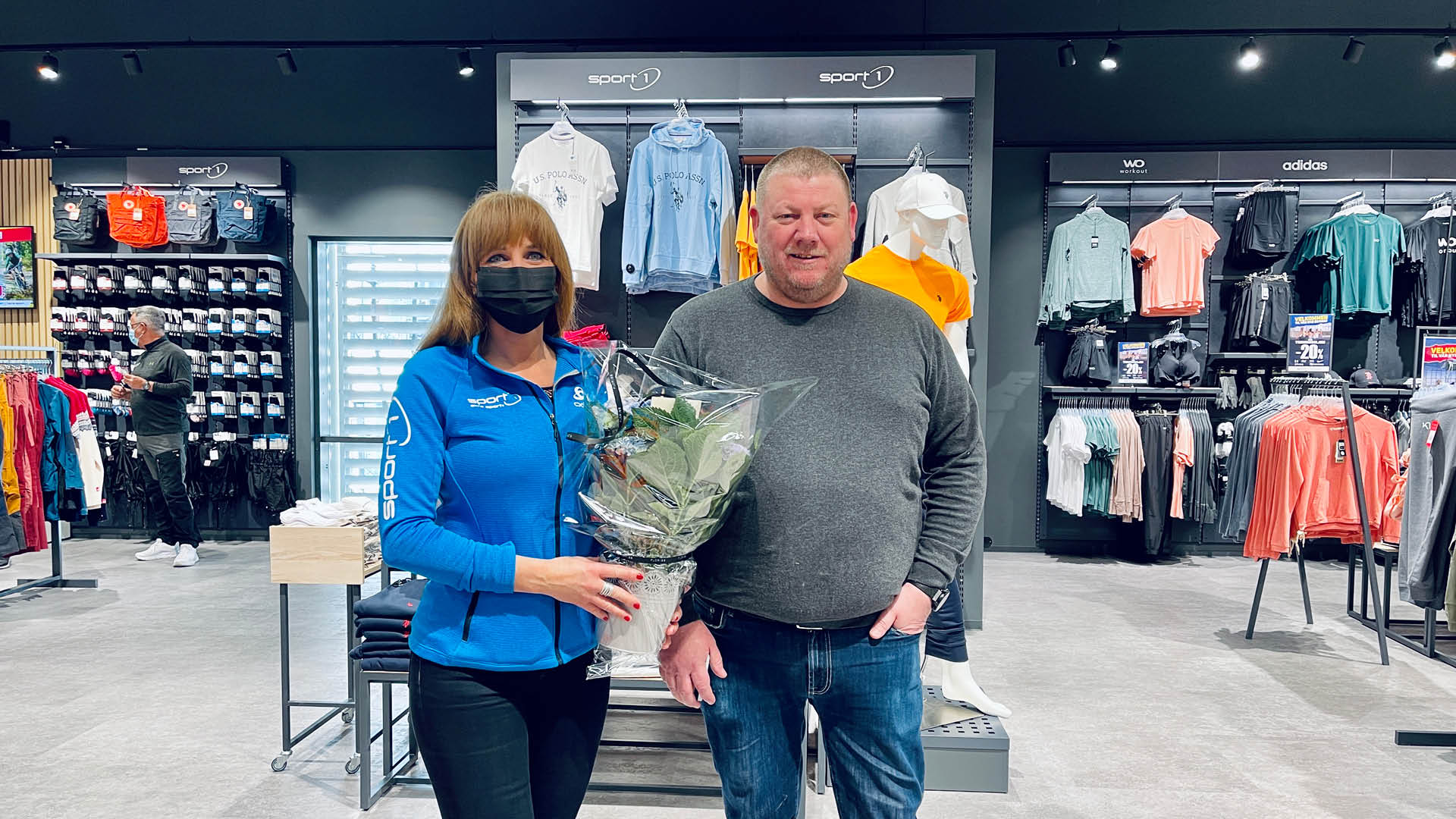 To personer som har fått blomster i nye Amundsen Sport sine lokaler