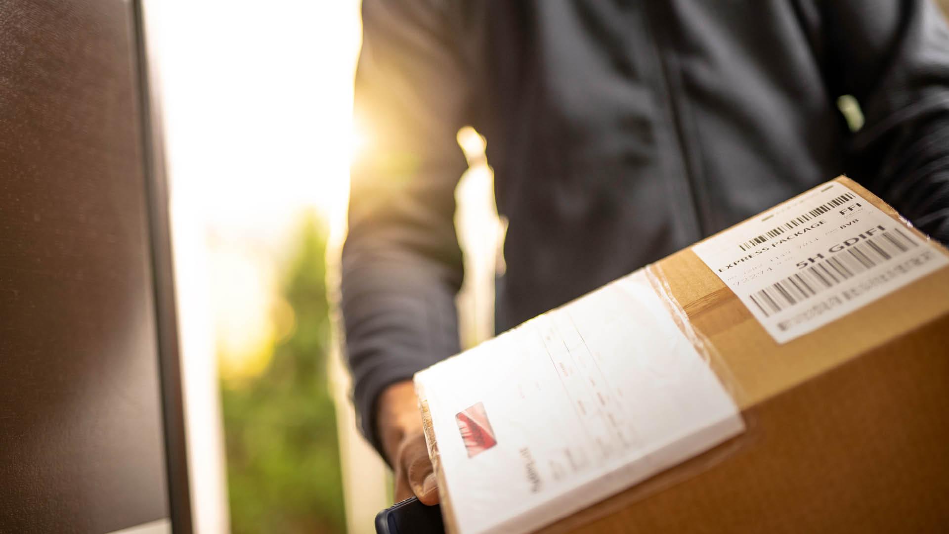 Mann med pakke
