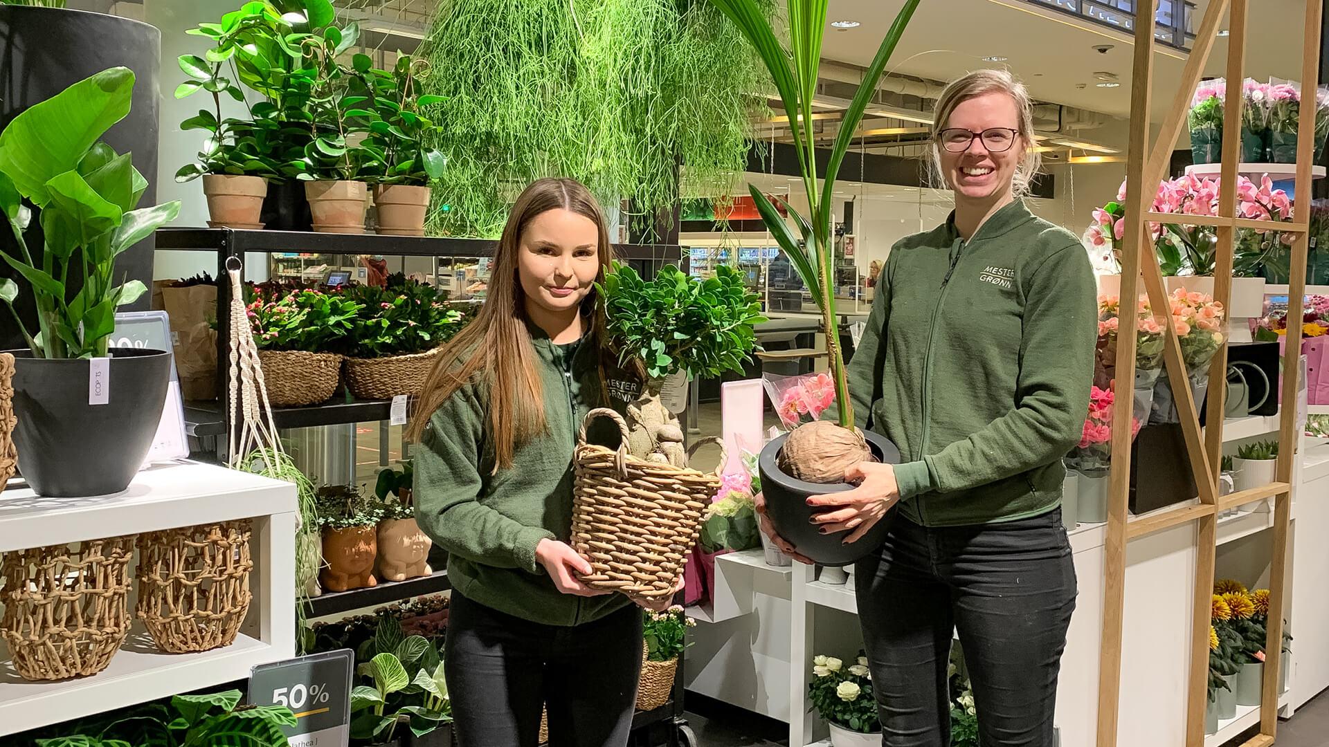 Bilde av to damer som holder grønne planter