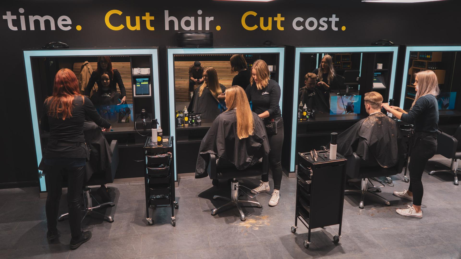 Bilde av Cutters lokale med tre frisører som klipper håret til tre kunder