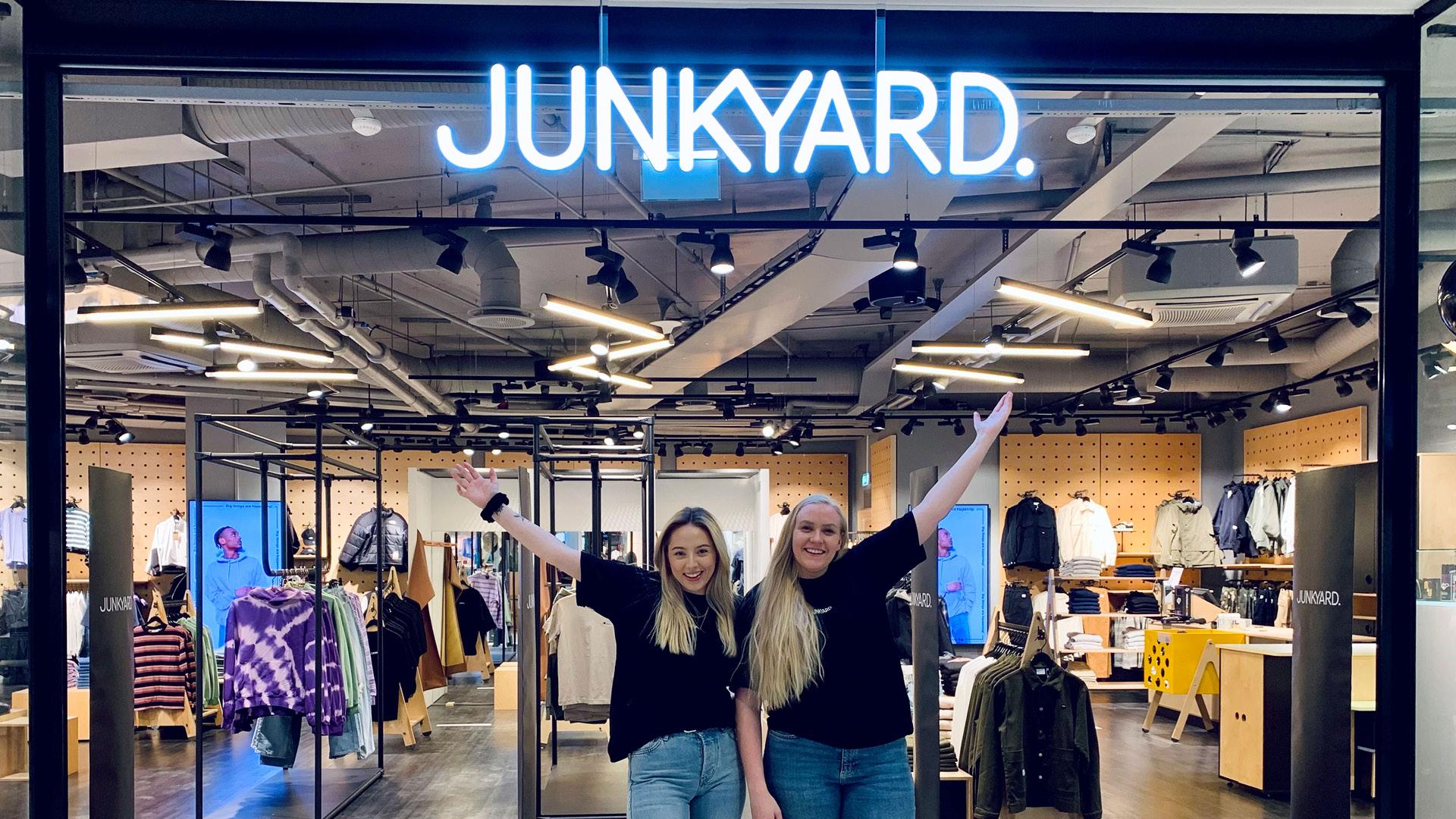 Bilde av to ansatte foran Junkyard butikken