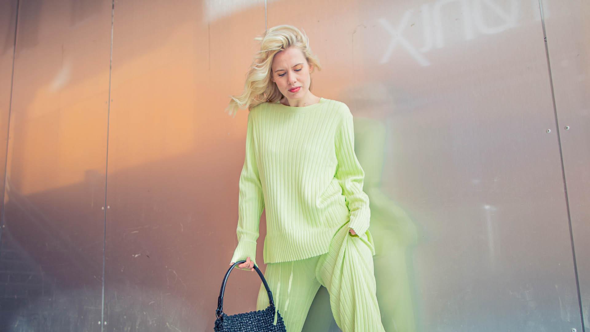 Jente viser trendy vårantrekk fra Høyer
