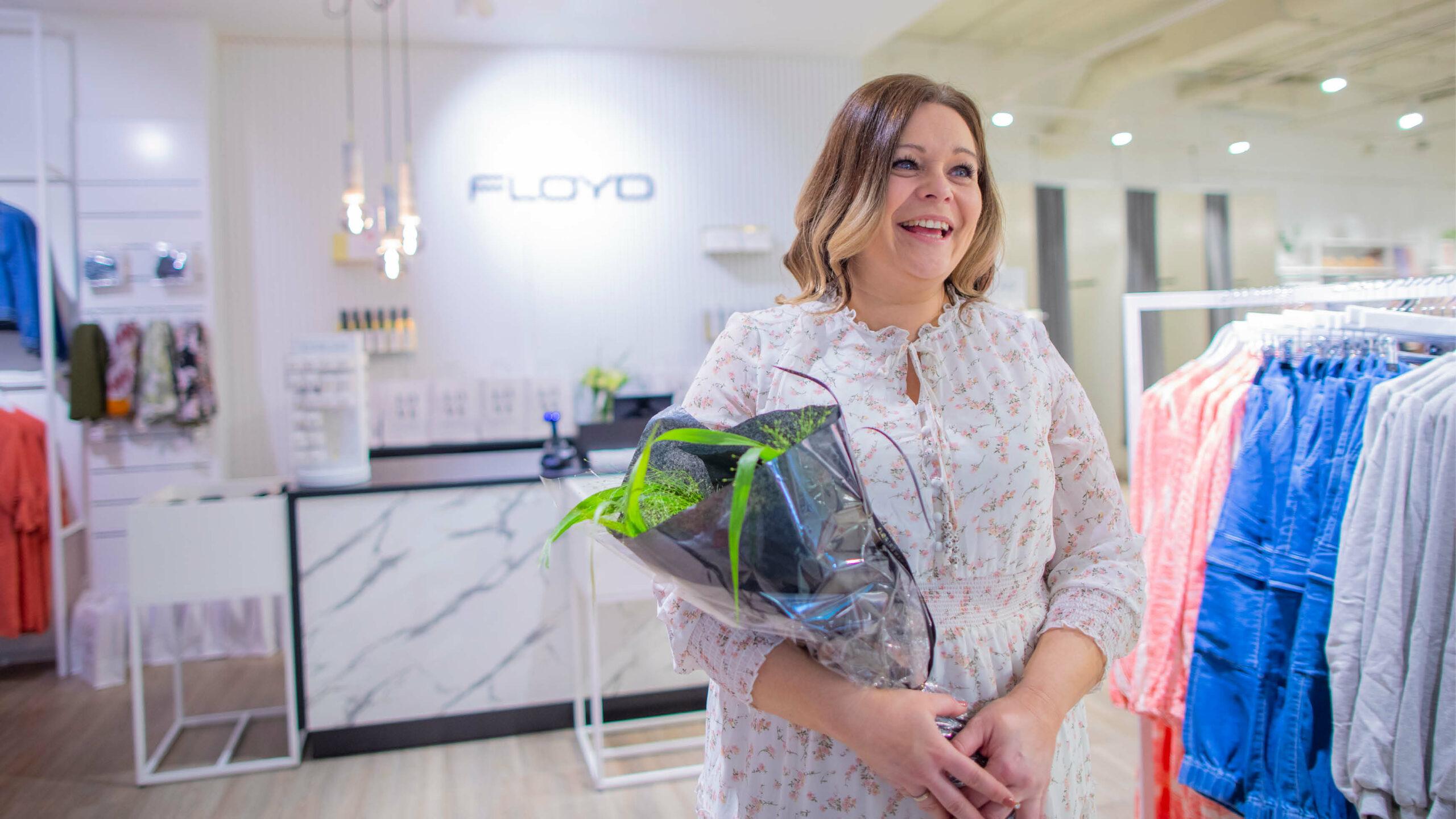 Dame i butikklokaler med blomster