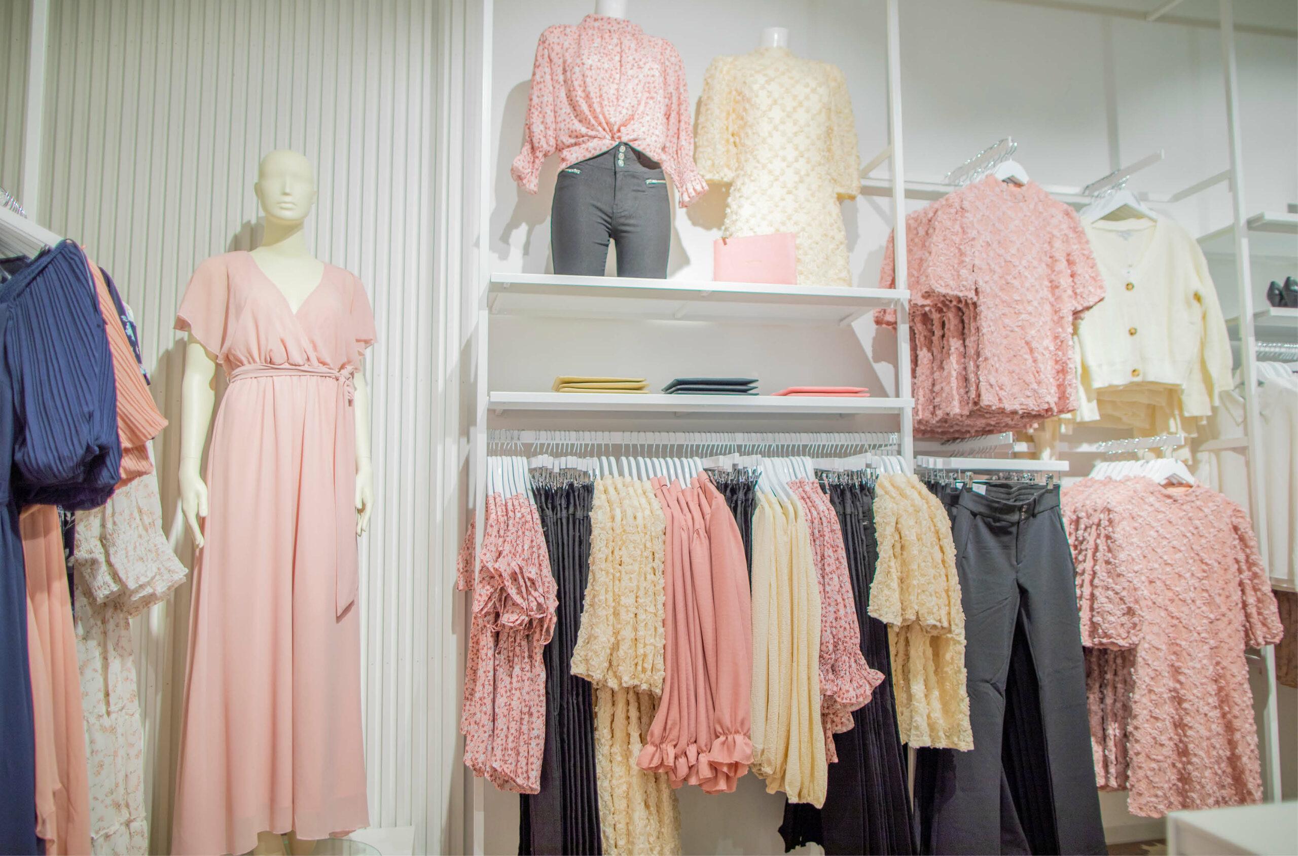 Butikkvegg med klær hos Floyd