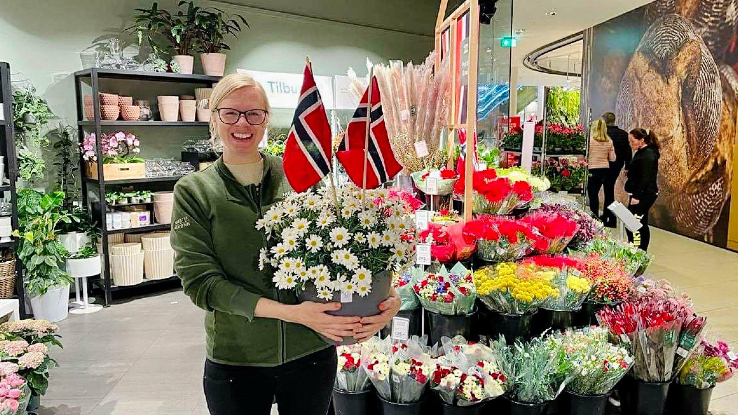 Mester Grønn ansatt med 17.mai blomster