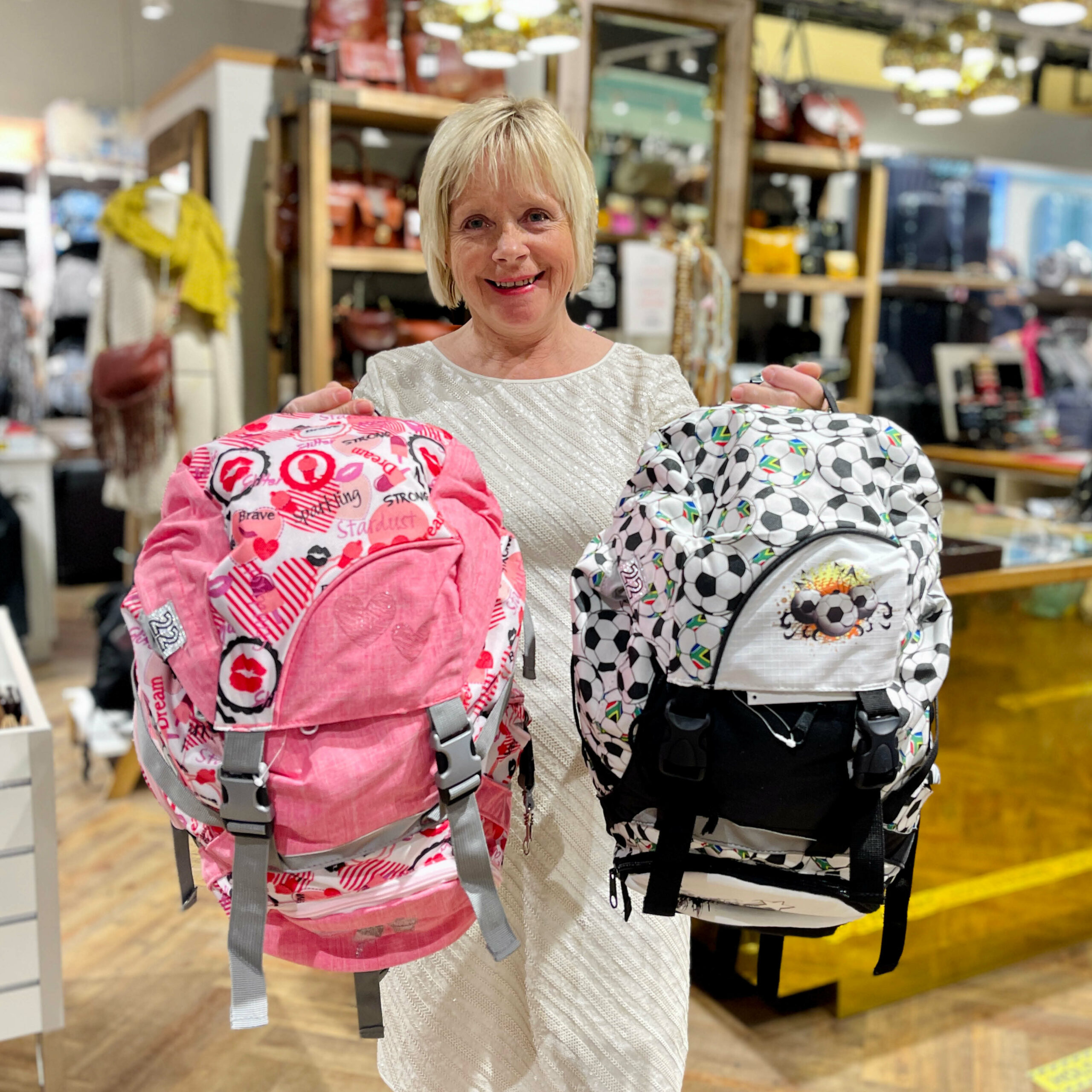 Dame med skolesekker hod Luggage