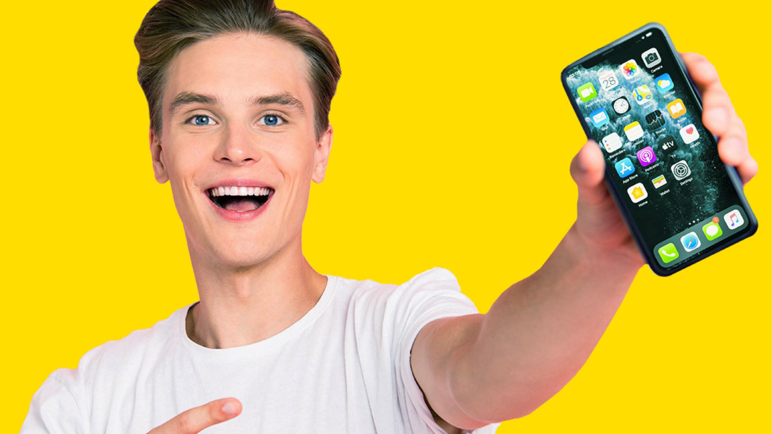 Gutt med mobiltelefon